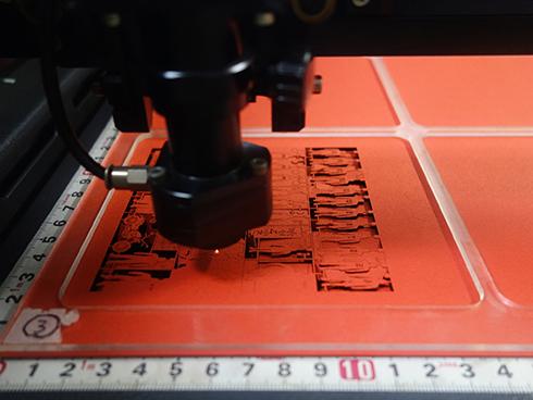 福永紙工の工場内にある、レーザー加工機械で紙を加工している画像